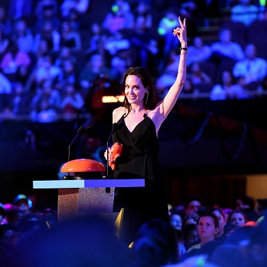 Angelina Jolie sticking two fingers in air at Nickelodeon's Awards, 6 signs that you're an outsider, by Healthista.com