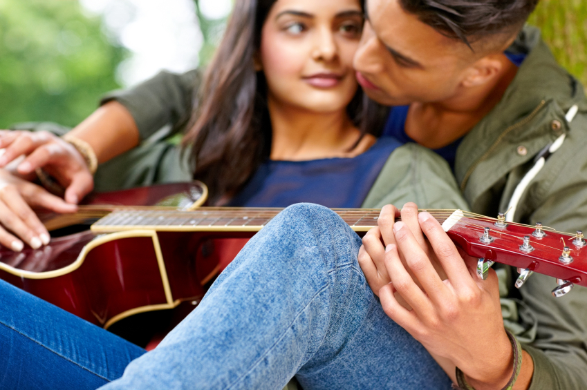 teaching guitar, 5 ways to avoid relationship problems with your lover, by healthista.com