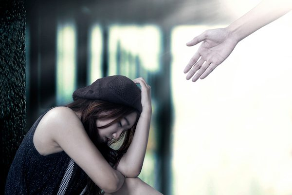 distressed-woman-hand-reaching-to-help-what-to-say-to-someone-who-is-suicidal-by-healthista.com