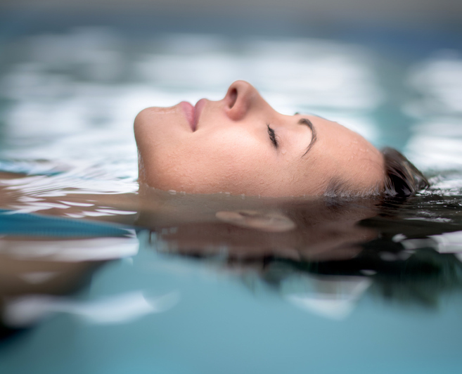 floatation-therapy.-floating-woman