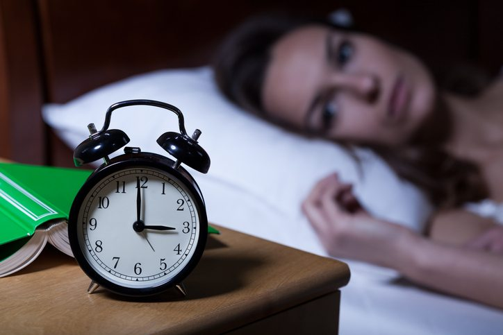Alarm clock showing 3 a.m., 8 signs that you are having a breakdown, by healthista.com (feature)