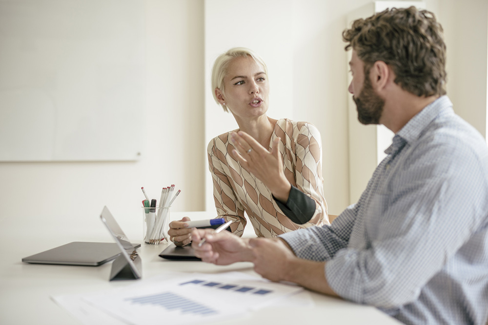 8-ways-to-deal-with-a-bully-at-work-Meeting-talk-to-a-colleague.