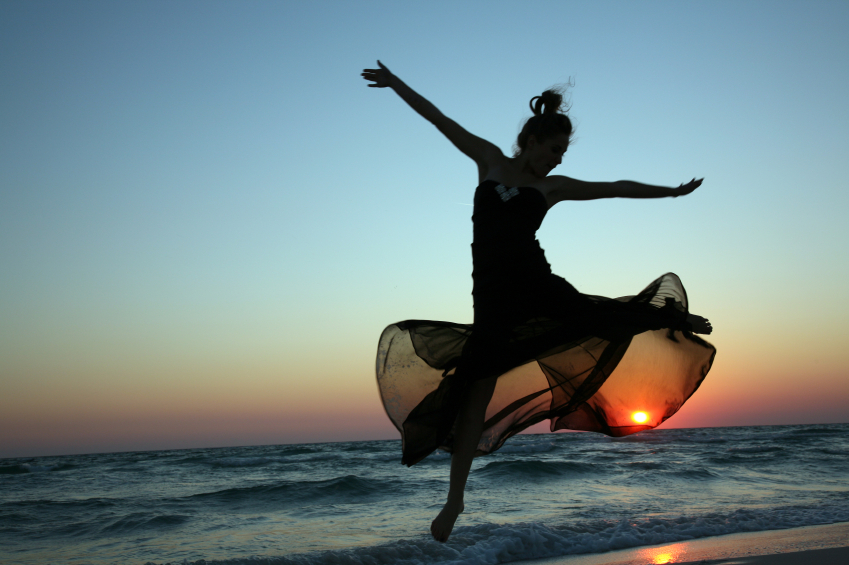 dancing-on-beach-why-do-we-dance-by-healthista.com