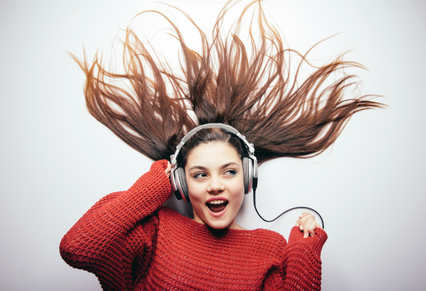 girl-listening-to-music-why-do-we-dance-by-healthista.com