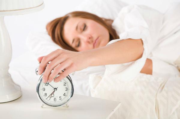 6 sleep myths. alarm clock. healthista.com