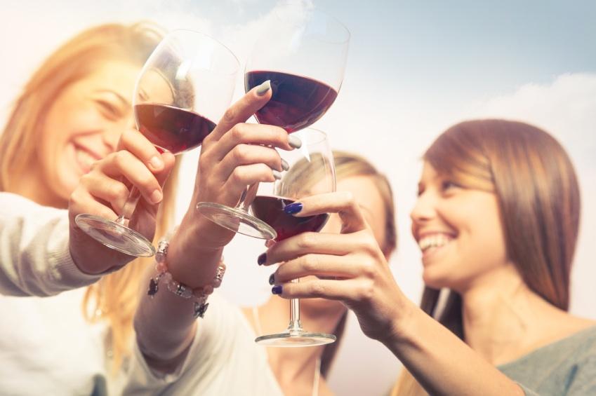 friends drinking wine, organic wine, by healthista.com