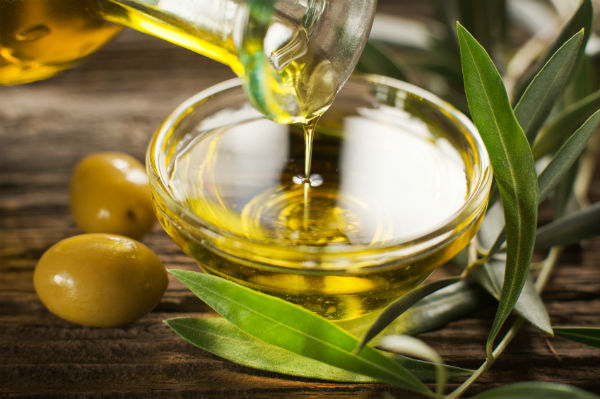 stress relieving foods. olive oil. healthista.com