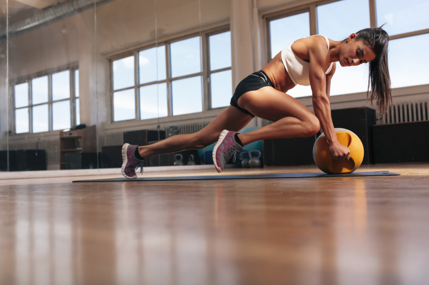 girl exercising with a kettle bell, how much exercise do we need to do to lose weight?