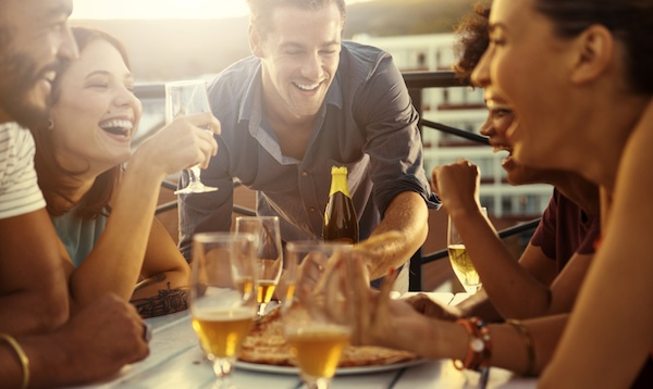 friends drinking together, smart guide to drinking, by healthista.com