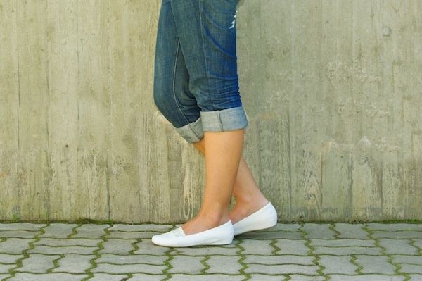 woman wearing flat shoes, 7 ways to get rid of back pain, by healthista