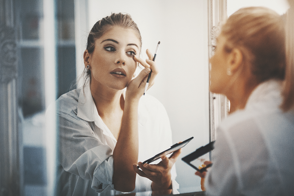 makeup-in-mirror-3-party-makeup-looks-to-break-out-of-your-beauty-comfort-zone-by-healthista