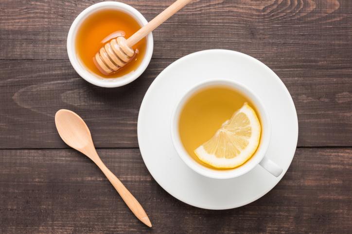 hormonal-bloating.-Lemon-water.-Healthista