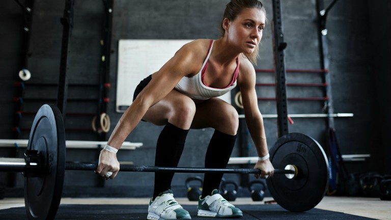 young-weight-lifter-how-to-use-the-power-cage-by-healthista.com-main-image.jpg