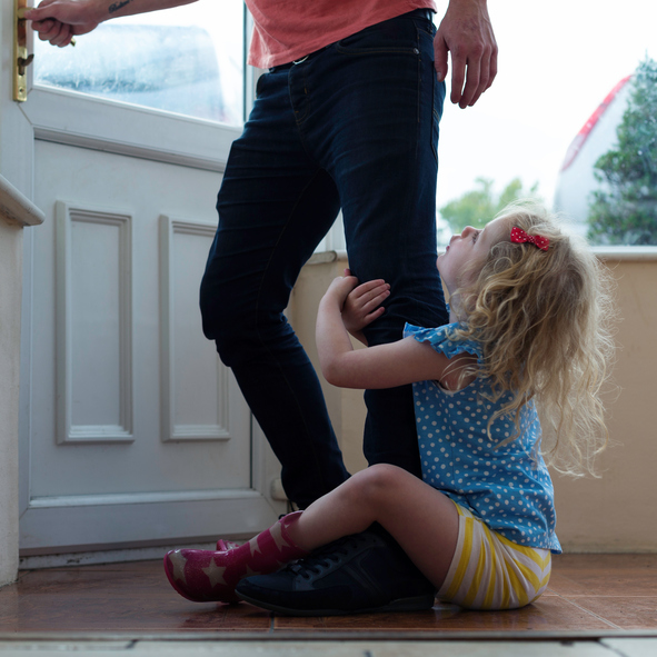 child clinging to father's leg, how to break up when there are children involved by healthista