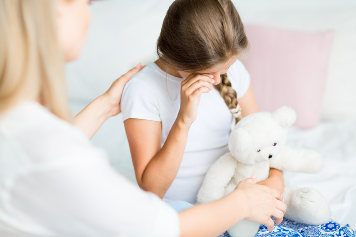 crying little girl, how to break up when there are children involved by healthista