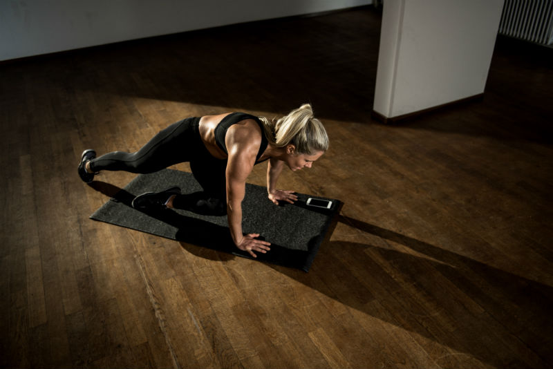 woman doing mountain climbers, the new fitness app powered by AI that gives you your own tailored workout programme by healthista