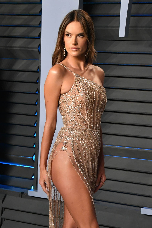 Alessandra-Ambrosio-cbd-oil-celebrity-fans