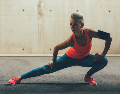 woman-doing-a-lateral-lunge,-lateral-lunge,-what-works-in-the-gym-by-healthista.com