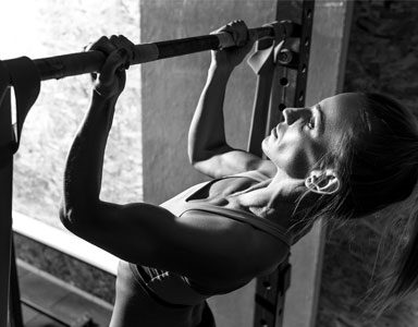 woman-doing-chin-ups,-how-to-do-chin-ups,-25-gym-moves-in-25-days-day-9-by-healthista.com