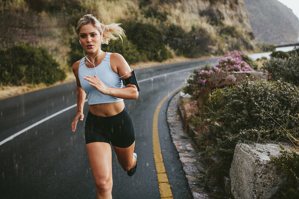 Woman-running-in-the-rain-Running-for-beginners-What-do-runners-eat