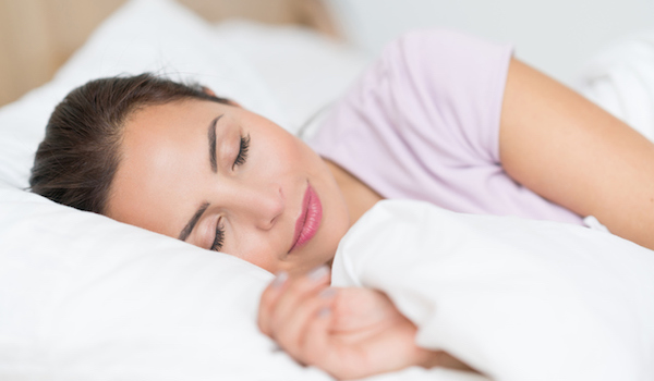 woman-sleeping-how-to-lose-body-fat-nutritionists-guide-by-healthista