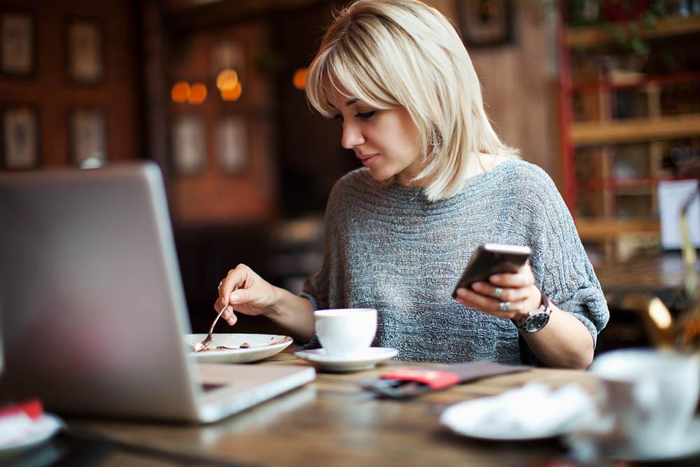 4-natural-ways-to-help-bloating-woman-eating-at-computer