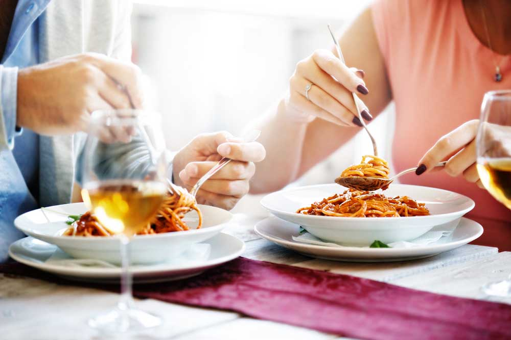 60-weight-loss-tips-in-60-days-New-Year-Revolution-couple-eating-spagetti