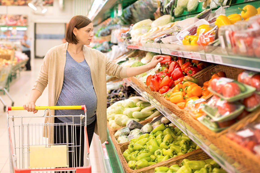 Truth-about-pregnancy-vitamins-pregnant-woman-shopping-for-vegetables