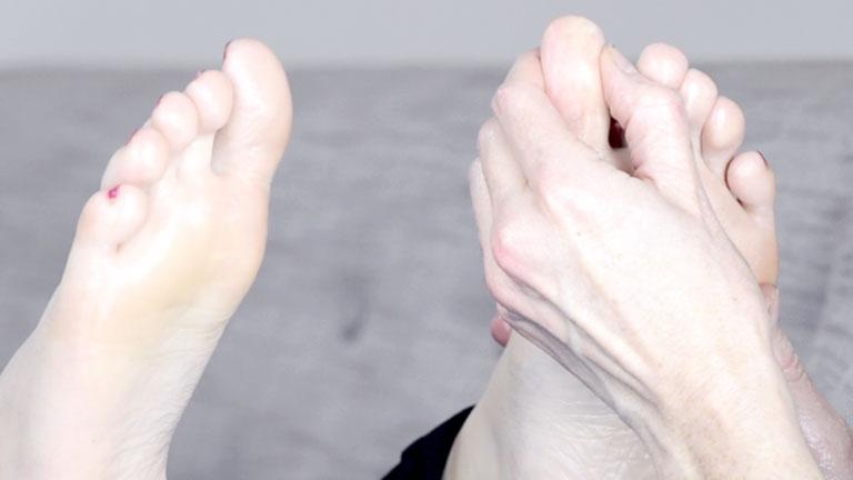 main,-foot-reflexology-for-headaches-by-healthista.com