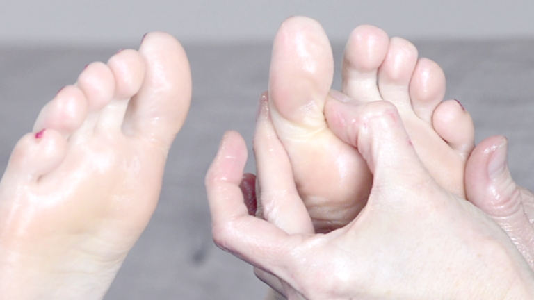main-feature,-foot-reflexology-for-back,-neck-and-shoulder-pains-by-healthista.com