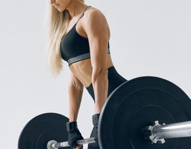 woman-holding-weights,-fat-burning-leg-workout-by-healthista.com