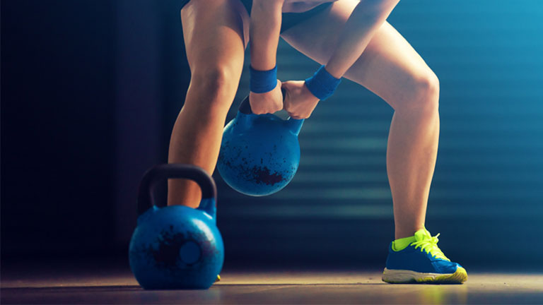 woman-exercising,-kettlebell-workout-for-abs-by-healthista.com