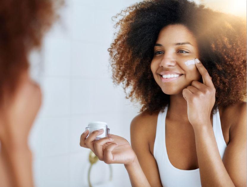महिला मॉइस्चराइजर सर्दियों त्वचा की देखभाल खुजली वाली त्वचा की देखभाल करती है