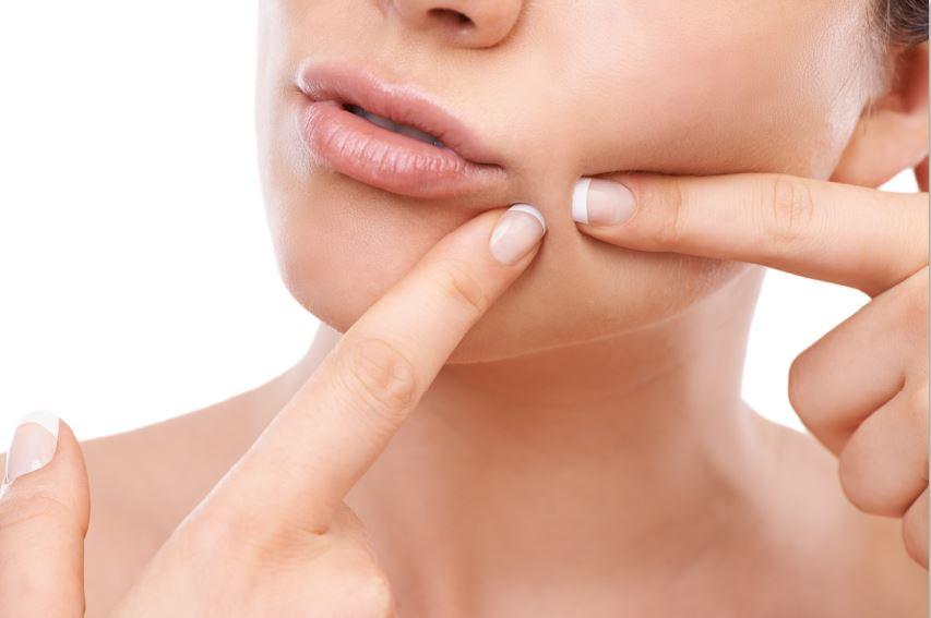महिला त्वचा की देखभाल करती है सर्दियों की त्वचा खुजली वाली त्वचा की देखभाल करती है