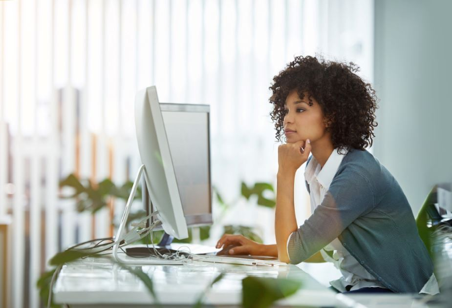 المرأة تجلس على مكتبه في امرأة تعمل بالقوالب النمطية