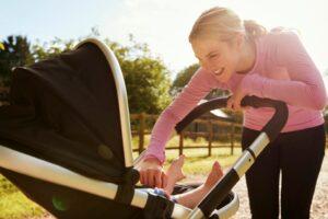 ورزش بعد از زایمان - یک کتاب ویژه برای دویدن بعد از زایمان یک زن و کودک در اتوبوس او